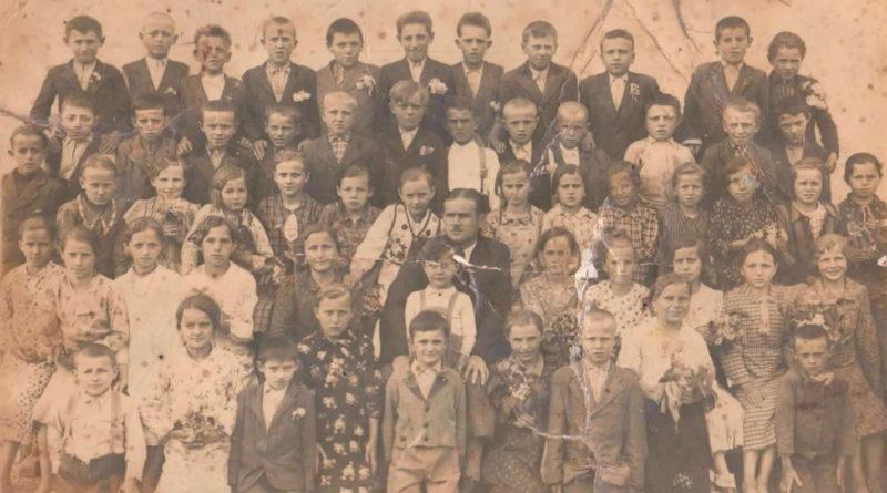 Učenice i učenici Osnovne škole u Igrišću. U prvom redu (označen) peti s lijeva Josip (Alojzov) Veriga, nedatirano, vjerojatno druga polovica 1930.-ih godina