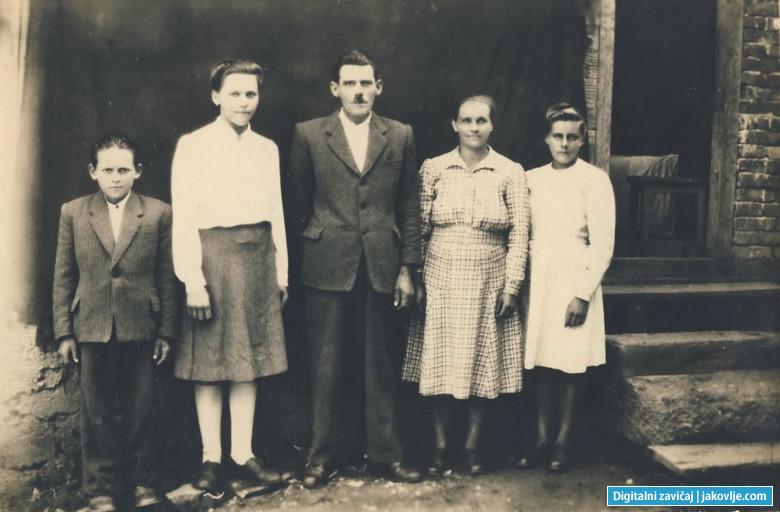 Obitelj Mihaljek 1. travnja 1949. godine. Slijeva: Stjepan, Ivka, Alojz (otac), Elizabeta (majka) i Anka