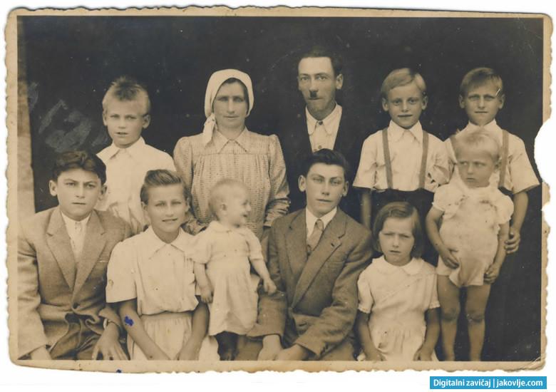 Obitelj Mihaljek oko 1949. godine. Gornji red: Dragutin, Katica (majka), Petar (otac), Marko i Josip. Donji red: Vid, Marija, Ana, Ivan, Barica i Franjo.
